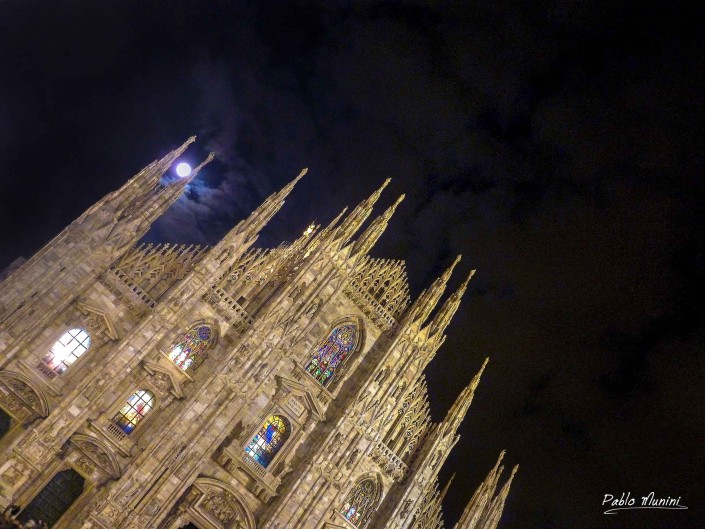 The moon among the spiresFront façade of the cathedral Milan. Pablo Munini