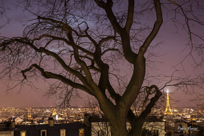 night view of Paris and Eiffel tower from Montmartre. Pablo Munini
