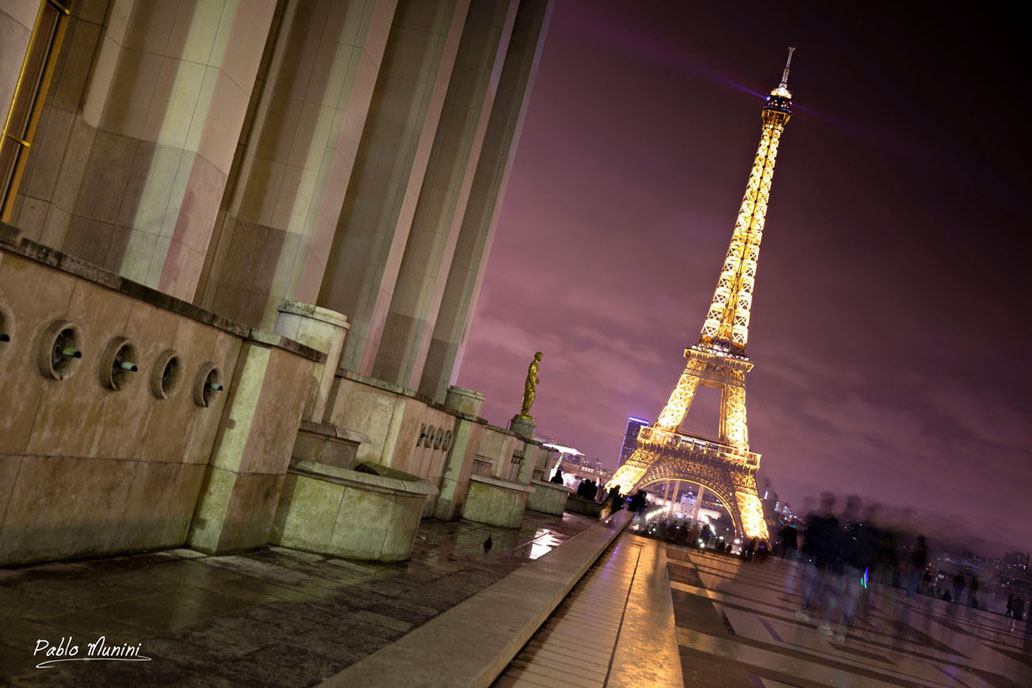 Así habían empezado a andar por un París fabuloso, dejándose llevar por los signos de la noche, acatando itinerarios nacidos de una frase de clochard, de una bohardilla iluminada en el fondo de una calle negra, deteniéndose en las placitas confidenciales para besarse en los bancos o mirar las rayuelas.Julio Cortazar