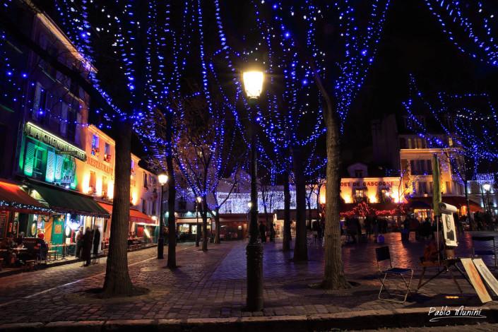Street lamp illuminated in Montmartre. Night life in Place du Tertre in Paris.Pablo Munini