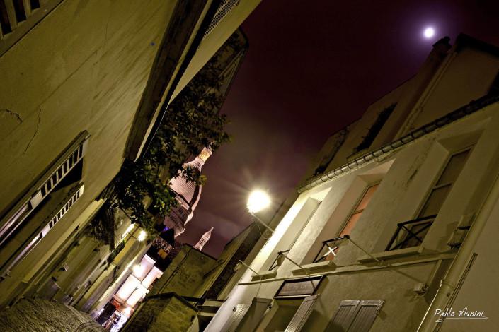 The moon over Sacre Cœur in Rue st Rustique Montmartre, Paris. Pablo Munini