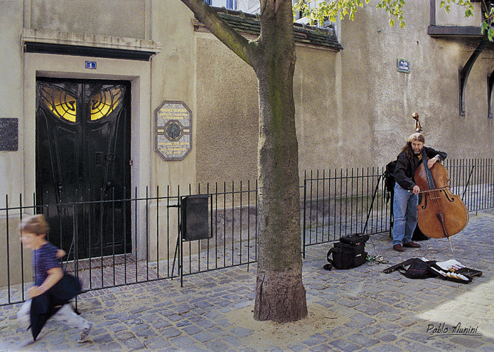 street musician playing- art nouveu door , Montmartre,1994. Pablo Munini