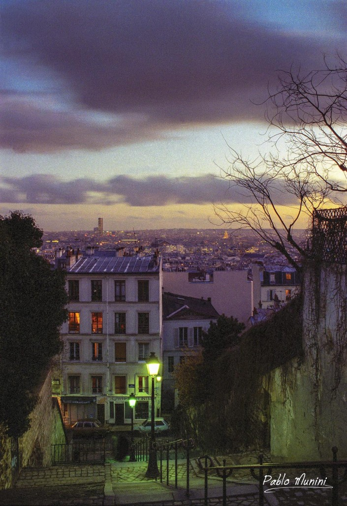 View of Paris at sunset from Montmartre stairs. Pablo Munini.