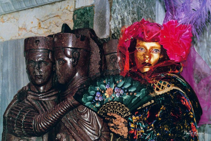 the four tetrarchs.photography of the Carnival in Venice 1996.Pablo Munini