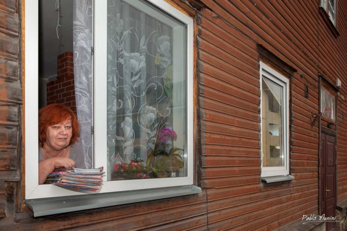 woman at her home's window in Kalamaja, Tallin. Pablo Munini.