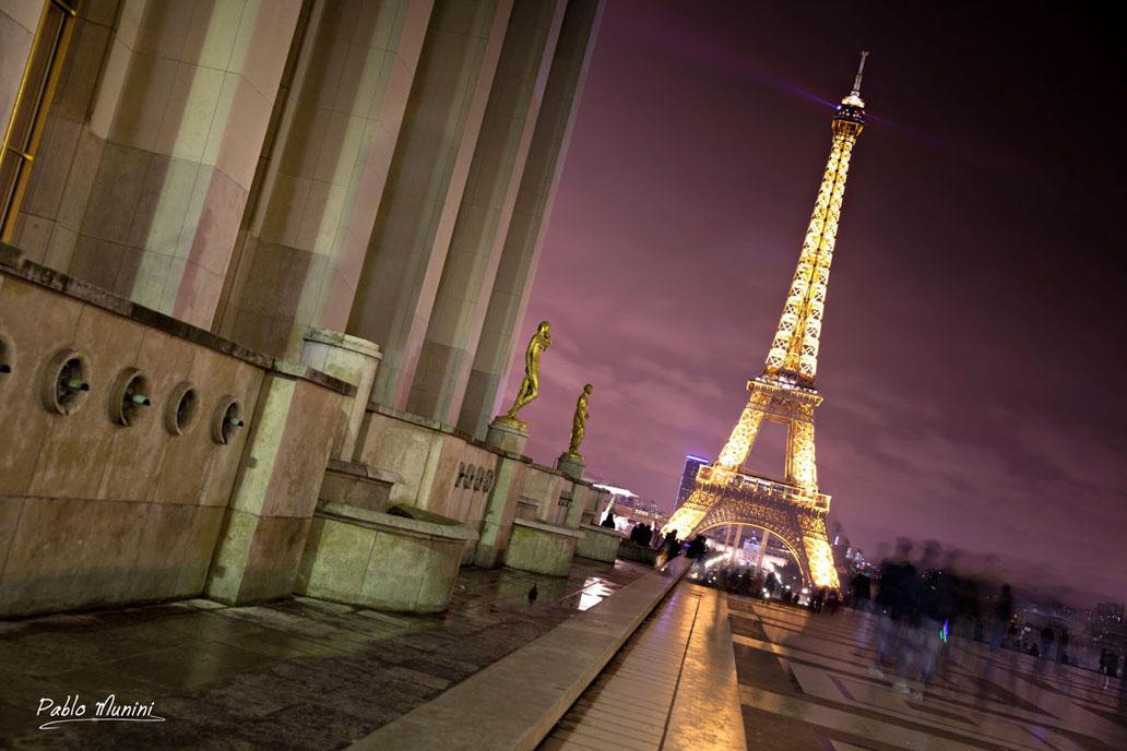 Así habían empezado a andar por un París fabuloso, dejándose llevar por los signos de la noche, acatando itinerarios nacidos de una frase de clochard, de una bohardilla iluminada en el fondo de una calle negra, deteniéndose en las placitas confidenciales para besarse en los bancos o mirar las rayuelas.Julio Cortázar