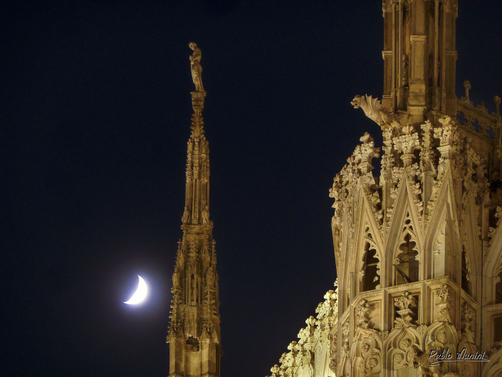 The moon, the sculpted statues and spires of the cathedral, Milan.Pablo Munini