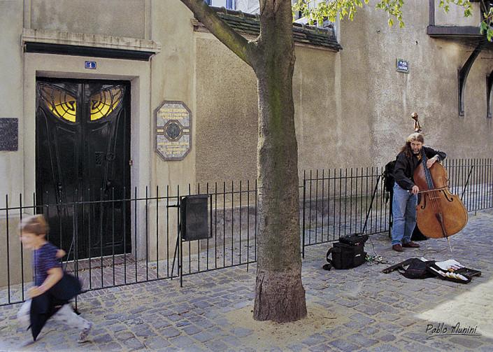 street musician playing- art nouveu door , Montmartre,1994. Pablo Munini