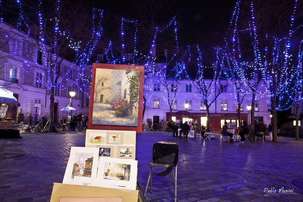 Place du tertre at nitght. Christmas place du tertre. art in Montmatre place du Tertre.