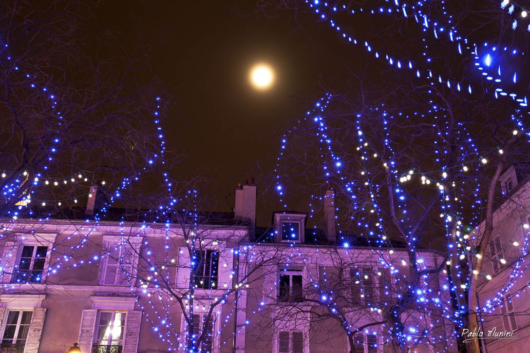 the moon over Place du Tertre at night. Christmas place du tertre. art in Montmartre place du Tertre.
