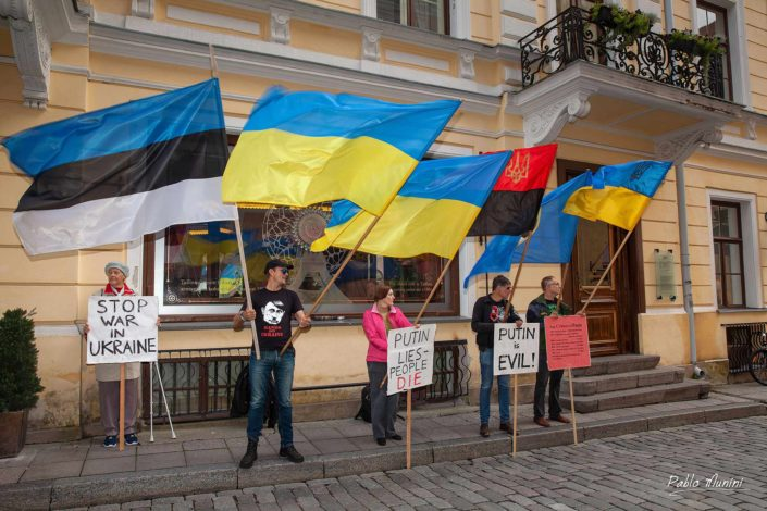 anti-Putin protesters in the front of Maiasmokk, oldest café in Estonia.Pablo Munini